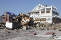 Förstörda strandhus i efterdyningen av orkanen som är sandig i avlägsna Rockaway, NY Royaltyfri Foto