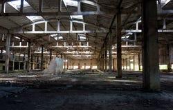 Förstörda väggar, övergiven byggnad, mörkt rum Royaltyfria Foton