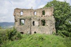 Förstörda väggar av den medeltida slotten Arkivfoton