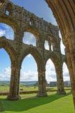 Förstörda väggar av Whitby Abbey i North Yorkshire i England Arkivfoto