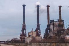 Förstörelse av miljön Fabriksskorsten av en kemisk växt fotografering för bildbyråer