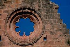 Förstört fönster av den Bellapais abbotskloster på Kyrenia, Cypern royaltyfria bilder