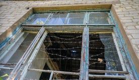 Förstört fönster på skolakantin i den Donetsk regionen royaltyfri bild