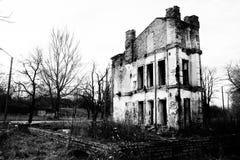 Förstört gammalt hus i svartvitt royaltyfria foton