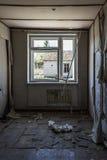 Förstört gammalt rum i den övergav sovjetiska byggnaden royaltyfri bild