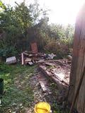 Förstört hus eller uthus efter orkanen demontert på brädena av den gamla byggnaden, avskrädet runt om huset arkivbild