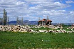 Förstört hus i turkisk by Royaltyfria Foton