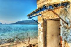 Förstört hus vid kusten i Sardinia royaltyfri foto
