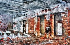 Förstört och bränt inre av det gammala huset Royaltyfri Fotografi