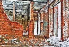 Förstört och bränt inre av det gammala huset Arkivbild