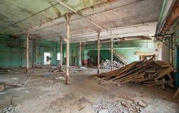 Förstört produktionrum av en gammal övergiven textilfabrik Royaltyfri Foto