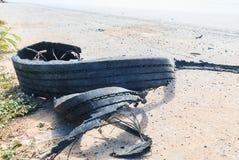 förstört rubber gummihjul royaltyfri bild