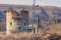 Förstört runt tegelstentorn nära järnväg Arkivfoton