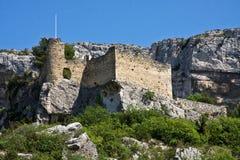 Förstört slott på Fontaine-de-Vaucluse Arkivfoton