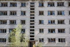Förstört sovjetiskt lägenhethus i Skrunda, Lettland royaltyfri bild