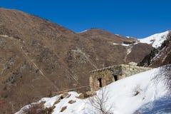 Förstört stenhus i bergen Arkivbild