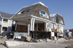 Förstört strandhus i efterdyningen av orkanen som är sandig i avlägsna Rockaway, New York Royaltyfri Bild