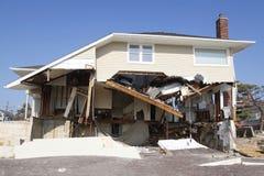 Förstört strandhus i efterdyningen av orkanen som är sandig i avlägsna Rockaway, New York Arkivfoton