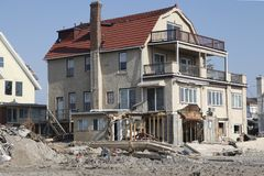 Förstört strandhus i efterdyningen av orkanen som är sandig i avlägsna Rockaway, New York Arkivbilder