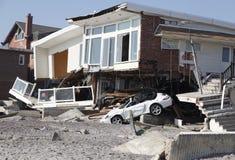 Förstört strandhus i efterdyningen av orkanen som är sandig i avlägsna Rockaway, New York Fotografering för Bildbyråer