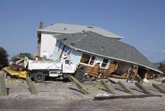 Förstört strandhus i efterdyningen av orkanen som är sandig i avlägsna Rockaway, New York Royaltyfria Foton