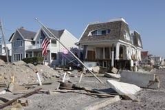 Förstört strandhus i efterdyningen av orkanen som är sandig i avlägsna Rockaway, New York Arkivbild