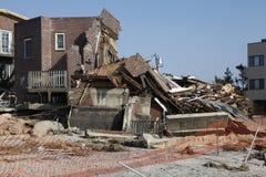 Förstört strandhus i efterdyningen av orkanen som är sandig i avlägsna Rockaway, New York Royaltyfri Foto