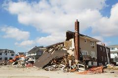 Förstört strandhus tre månader after av orkanen som är sandig i avlägsna Rockaway, NY Royaltyfri Bild