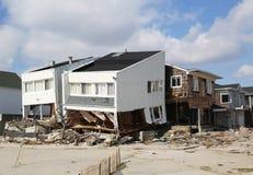 Förstört strandhus tre månader after av orkanen som är sandig i avlägsna Rockaway, NY Arkivfoto