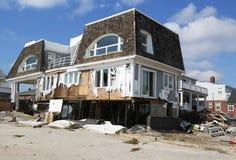 Förstört strandhus tre månader after av orkanen som är sandig i avlägsna Rockaway, NY Arkivfoton