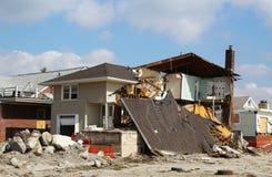 Förstört strandhus tre månader after av orkanen som är sandig i avlägsna Rockaway, NY Arkivbilder