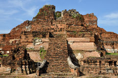 Förstört tempel på Wat Phra Mahathat Royaltyfri Fotografi