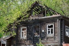 Förstört trägammalt lantligt hus inga personer Arkivbild