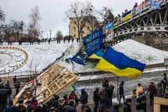 Första barrikader runt om Maidanen i Kiev Arkivfoton