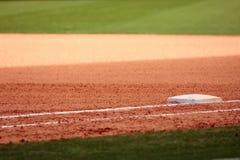 Första bas som presenteras i tomt baseballfält Royaltyfria Foton