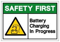 Första batteri för säkerhet som laddar det pågående symboltecknet, vektorillustration, isolat på den vita bakgrundsetikette stock illustrationer