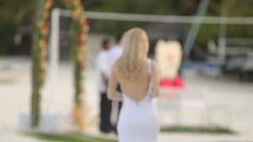 Första blick av unga brölloppar Bruden går till bröllopceremoni på den romantiska tropiska ön på den vita sandstranden