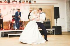 Första bröllopdans av nygift personpar i restaurang royaltyfria foton