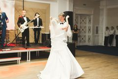 Första bröllopdans av nygift personpar i restaurang royaltyfri foto