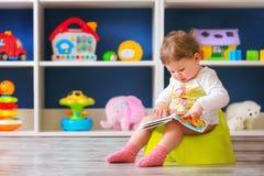 Första dagar för litet barn` s på pottan Arkivfoton