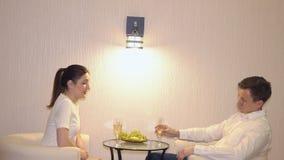 Första datum av en ung man och en kvinna lager videofilmer