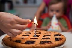 Första födelsedagbarn för begrepp - en stearinljus på kakan Royaltyfri Fotografi