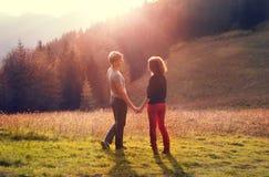 Första förälskelsepar under tur för högt berg Arkivfoto