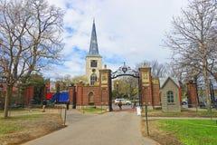 Första församlingkyrka i Cambridge och turister på den Harvard gården Fotografering för Bildbyråer