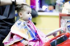Första frisyr av en år gammalt litet barn royaltyfri fotografi