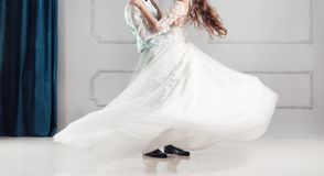 Första gifta sig dans med fyrverkerier av att gifta sig par Foto med suddighet och oväsen arkivfoto