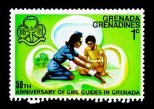 Första hjälpen den 50th årsdagen av flickor vägleder serie, circa 1976 Arkivfoton