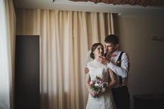 Första kramar av nygifta personerna 3775 Royaltyfri Bild