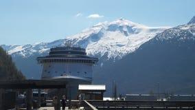 Första kryssningskepp i porten för sommarsäsong i Juneau Alaska royaltyfri fotografi