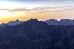 Första ljusa soluppgång som behar bergmorgon arkivfoton